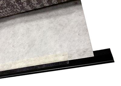 Ruban adhésif simple face pour relier une baguette en plastique avec de la tapisserie en vinyl Un atelier protégé utilisait du ruban adhésif simple face d'emballage transparent pour relier une baguette en plastique avec de la tapisserie en vinyl, ceci en vue de réaliser des échantillons pour des show-rooms. Ce ruban adhésif se détachait une fois sur 2 et notre client recevait constamment des réclamations.Nous avons solutionné le problème en proposant notre référence 59000, ruban adhésif simple face composé d'un support en film polyéthylène transparent et d'une colle acrylique à fort tack.