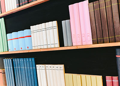Fastener for dummy books in a chocolate academy An important chocolate manufacturer wanted to decorate the walls from its chocolate academy with some dummy books.We've proposed our DUO GRIP, which allows heavy loads and lasts in the time. 4 years later, the dummy books still stand.