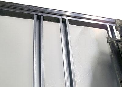 Ruban adhésif double face mousse polyéthylène pour remplacer un ruban adhésif double face butyle avec renfort en polyuréthane Un de nos clients, produisant une gamme complète de box, kits et composants de carrosserie industrielle utilisait, pour fixer des profilés en aluminium galvanisé sur des plaques en polyester, un ruban adhésif double face butyle combiné avec un renfort en polyuréthane, ce qui rendait le processus long et onéreux.Nous lui avons proposé notre référence 21811, ruban adhésif double face mousse en polyéthylène qui a fonctionné parfaitement et a augmenté sa productivité tout en réduisant les coûts.